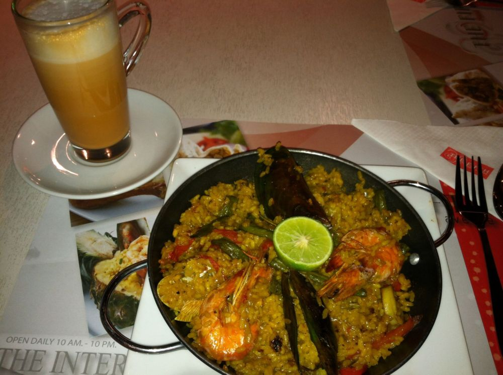 Having a little paella and Thai tea. ~at Pratunam Mall in Bangkok, Thailand~